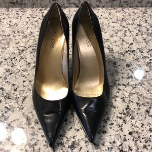 Guess black leather classic pointy toe pumps 8 1/2
